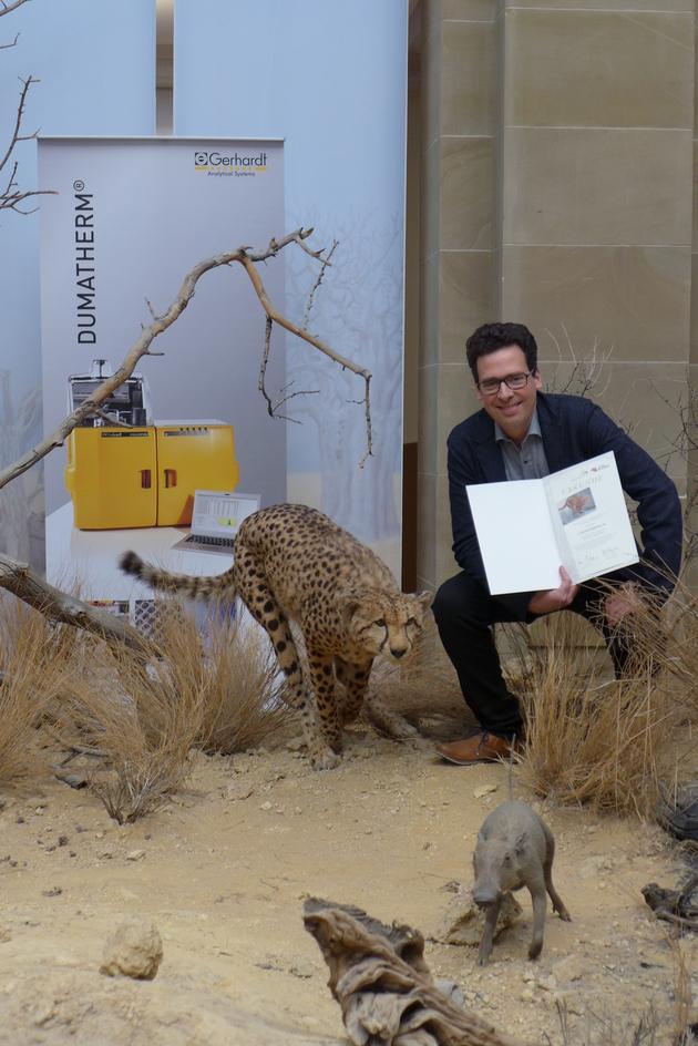 Ausnahmsweise darf Tom Macke neben seinem Patenkind in der Ausstellung posieren