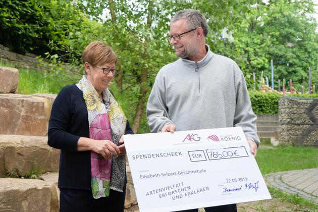 Bernhard Misof überreicht den Scheck an die Schulleiterin Dorothee Seifert.