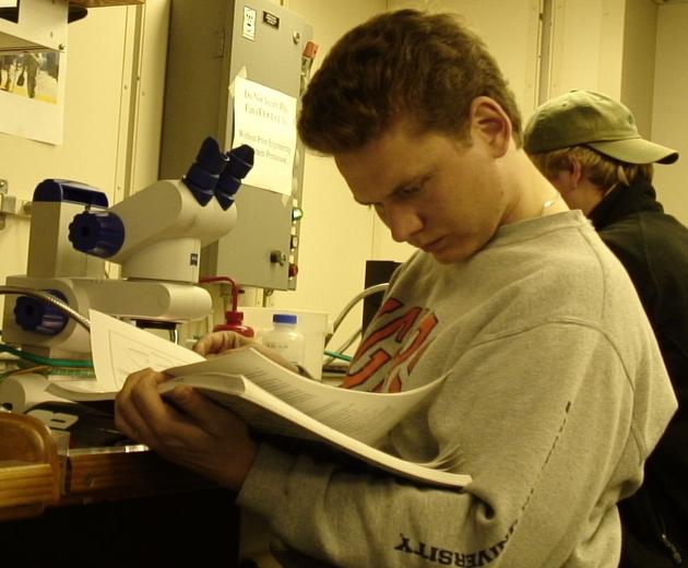 PD Dr. Torsten H. Struck bei der Bestimmung von Ringelwürmern während einer seiner Forschungsaufenthalte auf dem Forschungsschiff Atlantis.