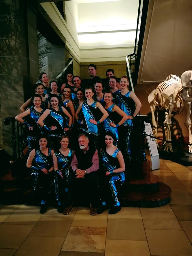 Die Tänzerinnen der Blue Spirits und Prof. Dr. Wolfgang Wägele auf der Treppe im Museum Koenig.
