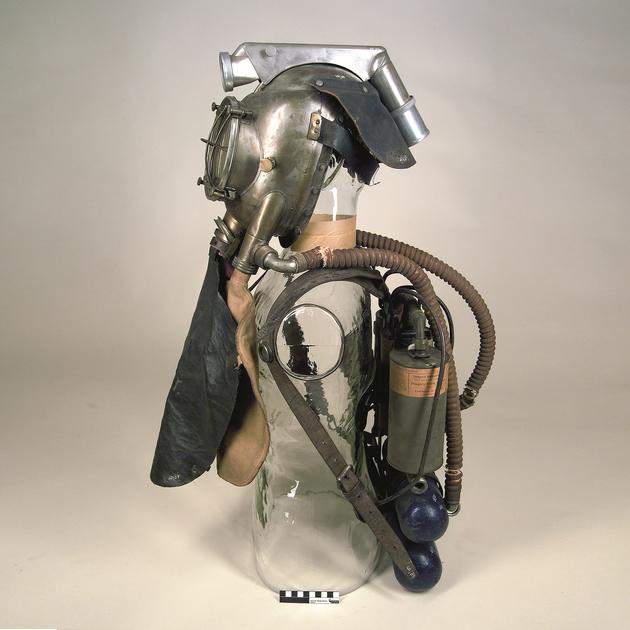 -Dräger Rettungsapparat Modell 1904/09, eines der frühesten Geräte zur Rettung verunglückter Bergleute; Deutsches Bergbau-Museum Bochum   Leibniz-Forschungsmuseum für Georessourcen.