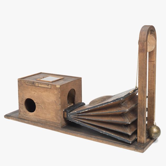 """-Kempelen'scher Sprechapparat aus dem späten 18. Jahrhundert   er ist einer der frühesten Vorläufer heutiger künstlicher Stimmen  wie """"Siri"""". Deutsches Museum, München."""