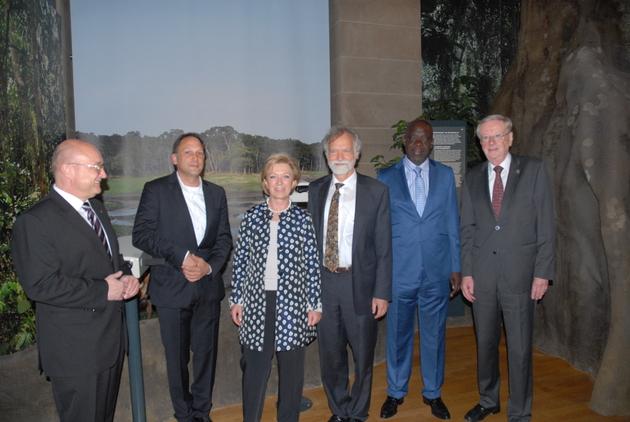Reinhard Limbach, Dr. Thomas Gerken, Annette Storsberg, Prof. Dr. Wolfgang Wägele, Prof. Dr. Franck Idiaka (CENAREST, Gabun) und Dr. Uwe Schäkel (vlnr) in der neuen Ausstellung.