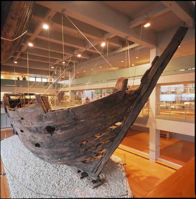 """-Die """"Bremer Kogge"""", das besterhaltene Handelsschiff des nordeuropäischen Mittelalters; Deutsches Schiffahrtsmuseum   Leibniz-Institut für deutsche Schifffahrtsgeschichte, Bremerhaven."""
