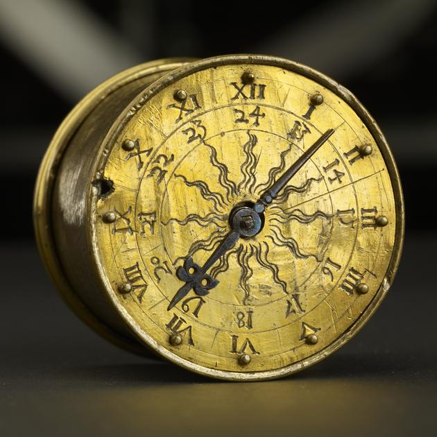 """-Die sogenannte """"Henlein-Uhr"""", die lange für die älteste Taschenuhr der Welt gehalten wurde; Germanisches Nationalmuseum, Nürnberg."""