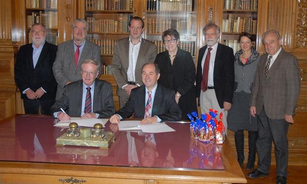 Die Kooperationspartner unterschreiben den Vertrag.