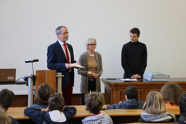 Helmut Stahl, Ulrike Dreweke und Julian Kokott im Hörsaal bei der Urkundenübergabe
