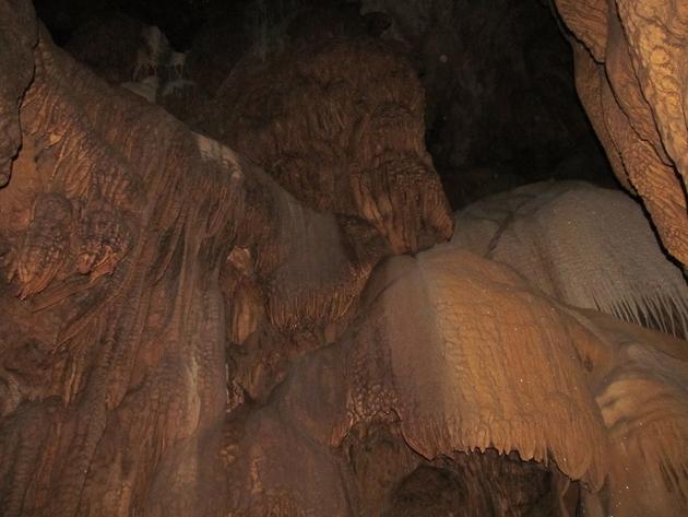 Die Höhle Bangjiao Dong liegt nahe Yingde City. In ihr wurde der 'Gespenst-Drachentausendfüßer', Desmoxytes similis  entdeckt