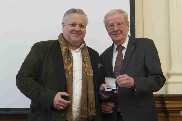 Dr. Uwe Schäkel (r) überreicht Dr. Frank Asbeck (l) die Alexander-Koenig-Medaille.