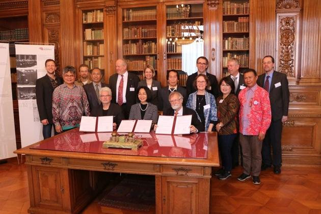 Die Unterschrift des Memorandum of Understanding zwischen der Universität Bonn sowie der Sam Ratulangi Universität  (UNSRAT) in Indonesien erfolgte im sogenannten Adenauerraum des ZFMK.