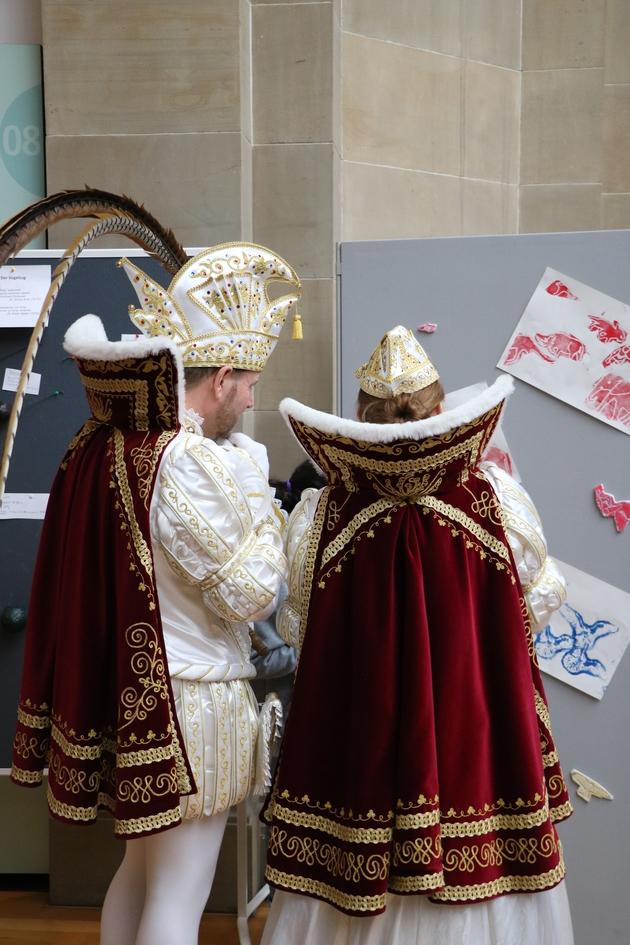 Prinz Dirk II. und Bonna Alexandra III begutachten das Werk der Jugendlichen
