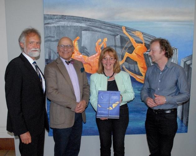 """Prof. Dr. Wolfgang Wägele, Michael Wienand (Verleger des Buches), Dr. Gabriele Uelsberg und Egbert Verbeek (vlnr) vor dem Bild """"Palio""""."""