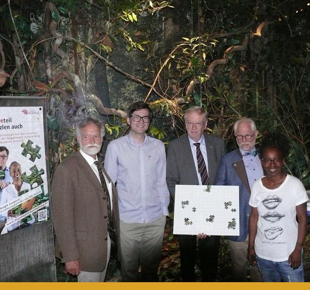 Prof. Wolfgang Wägele, Ralph Caspers, Dr. Uwe Schäkel, Uwe Günther und Shary Reeves präsentieren die Puzzle-Aktion in der Regenwald-Ausstellung des ZFMKs.