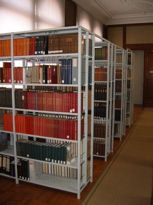Blick auf Buchregalreihen