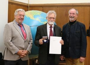 Prof. Wolfgang Böhme, Prof. Wolfgang Wägele und Helmut Stahl (vlnr) mit der Alexander Koenig Medaille und der Ehrenurkunde.
